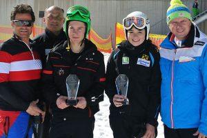 Bild zeigt Skifahrerin Julia Scheib mit Skifahrer Maurice Taye mit ihren Goldmedaillen bei den nationalen Schülermeisterschaften.