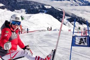 Bild zeigt ÖSV Skifahrerin Julia Scheib bei ihrem ersten Europacuprennen.