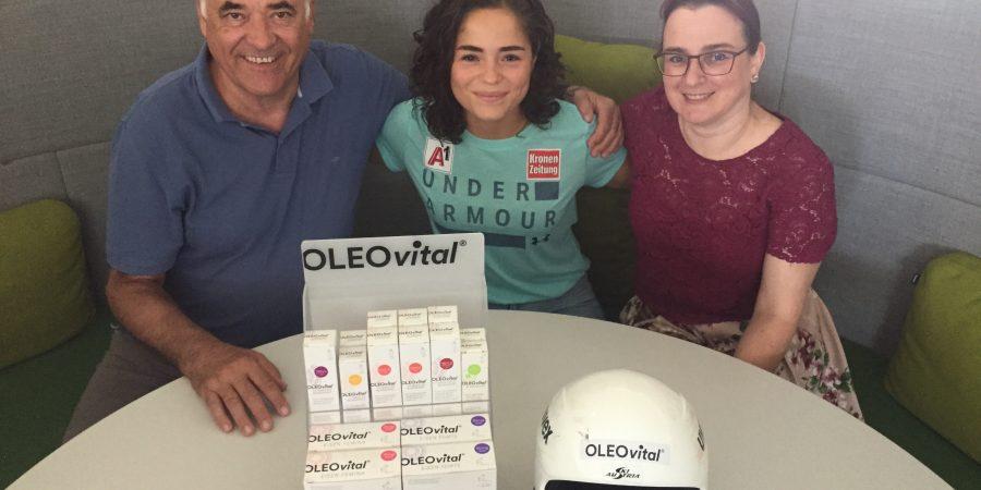 Bild zeigt Skifahrerin Julia Scheib mit Stellvertretern ihres Kopfsponsors Oleovital.