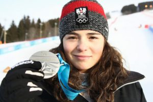 Bild zeigt ÖSV Skifahrerin Julia Scheib mit ihrer Silbermedaille der Jugendolympiade 2016 in Lillehammer.