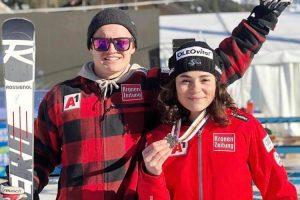 Das Bild zeigt ÖSV-Skirennläuferin Julia Scheib mit ihrer Silbermedaille bei der Junioren-WM in Val di Vassa 2019.