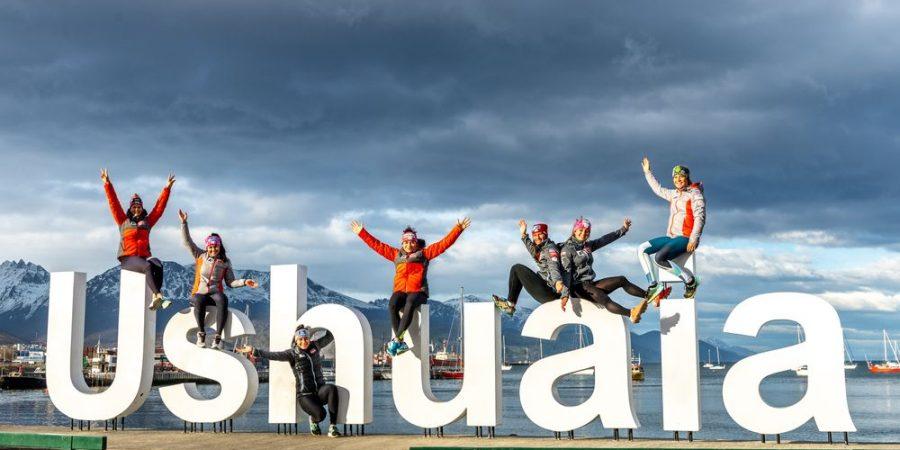 Bild zeigt die ÖSV-Damen mit Julia Scheib bei den Buchstaben von Ushuaia in Argentinien.