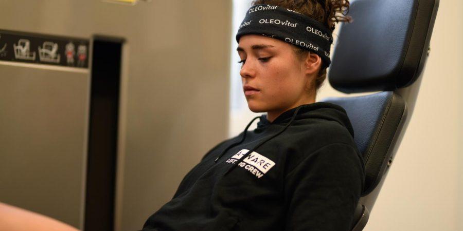 Das Foto zeigt Julia Scheib beim Training in der Sommervorbereitung mit einem A-Ware Pullover.